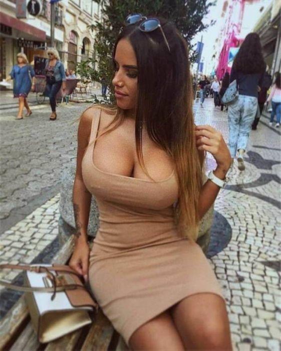 Фигуристые девушки в красивых платьях (53 фото)