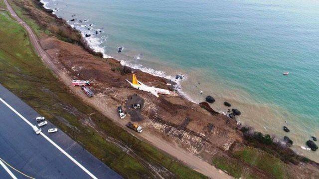 В Турции пассажирский самолет едва не съехал в Черное море со склона (3 фото)