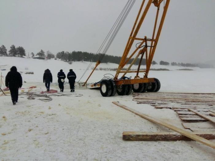 В Иркутской области при попытке достать бензовоз утопили автокран и трактор (4 фото)