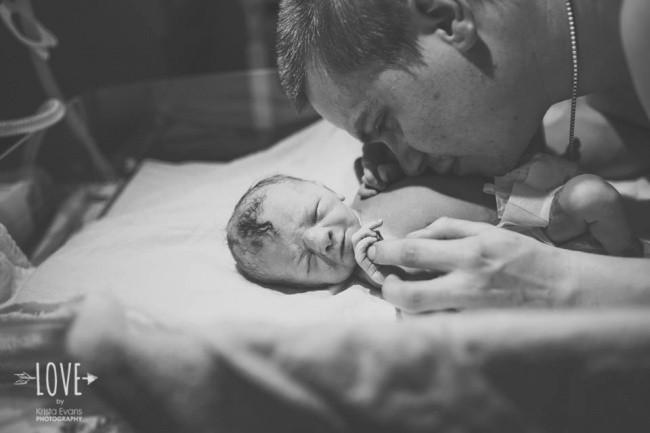 Душераздирающие фотографии отцов с новорожденными детьми (10 фото)