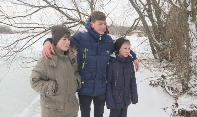 В Липецкой области школьник спас двух мальчиков, провалившихся под лед (2 фото)