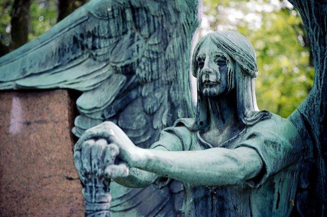 «Плачущий ангел» на могиле американского бизнесмена Фрэнсиса Хэсерота (4 фото)