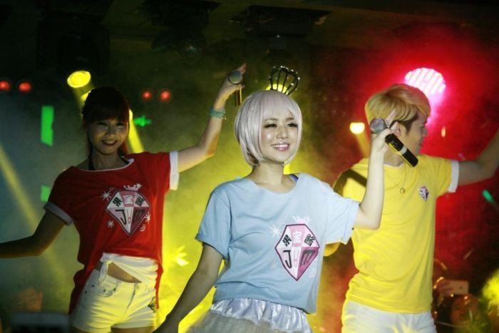 Популярная в Азии порнозвезда Сора Аои объявила о помолвке (6 фото)