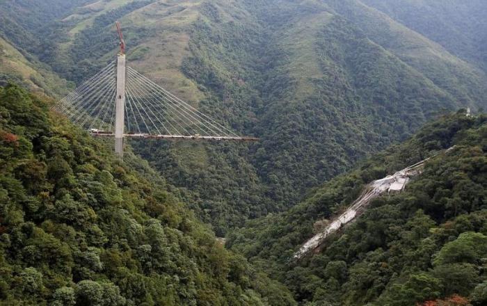 10 человек разбились насмерть после обрушения строящегося моста (11 фото)