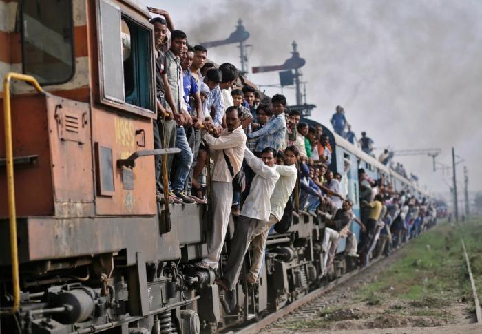 «Удавитесь» — главный принцип индийских железных дорог (14 фото)