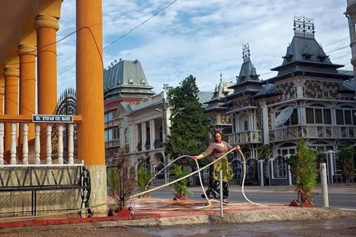 Жизнь цыган-миллионеров в роскошных особняках и с туалетом на улице (8 фото)
