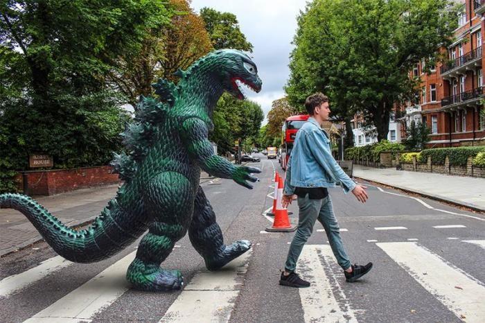 Парень путешествует повсюду с гигантской пластиковой Годзиллой (15 фото)