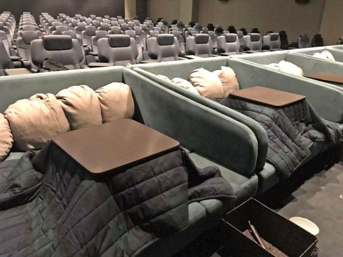 По-домашнему уютный кинотеатр в Японии (2 фото)