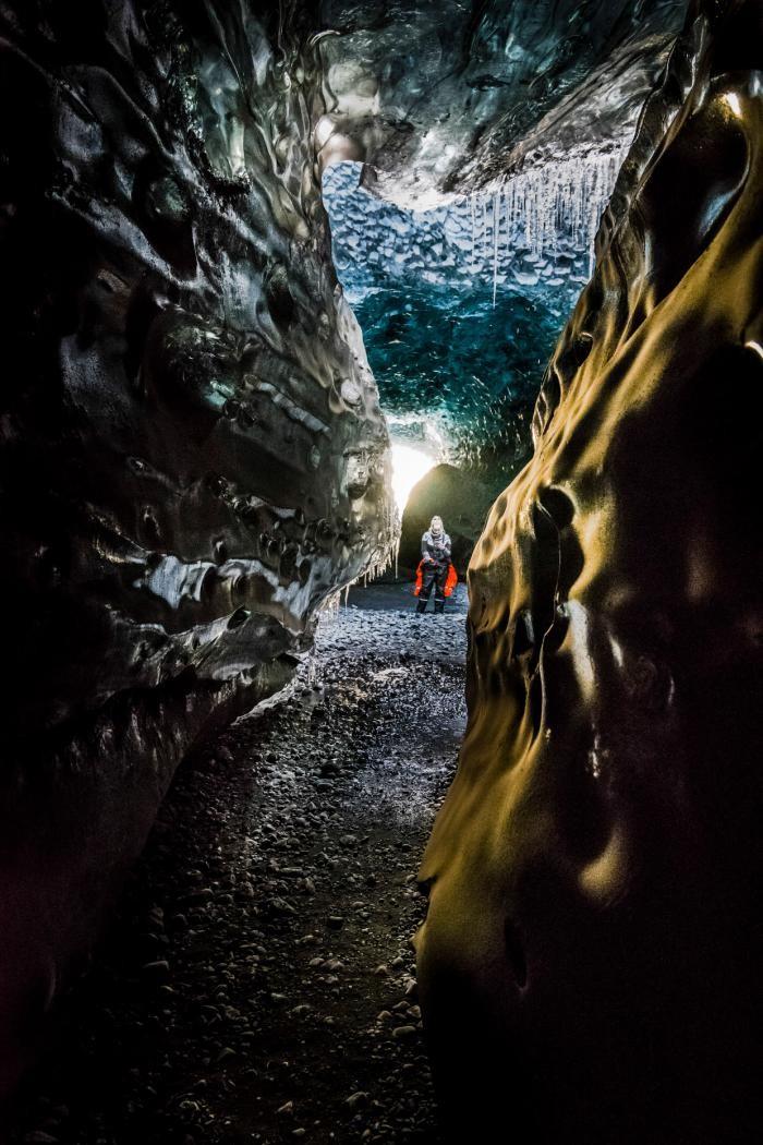 Прогулка по сказочным пещерам Исландии (12 фото)