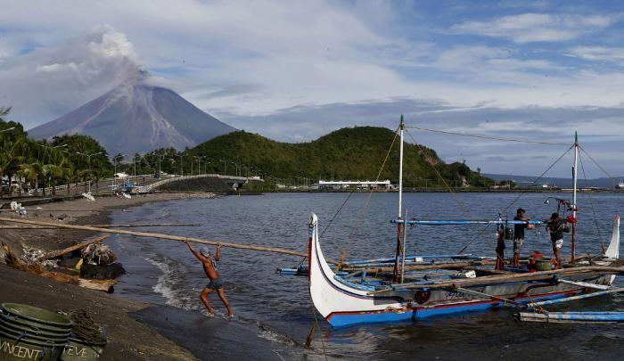 На Филиппинах проснулся вулкан Майон (20 фото)