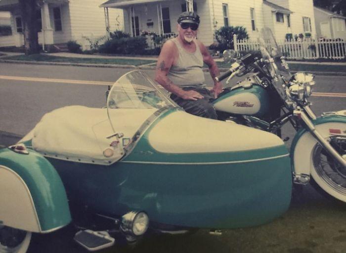 Байкер не расстался со своим любимым мотоциклом даже после смерти (4 фото)