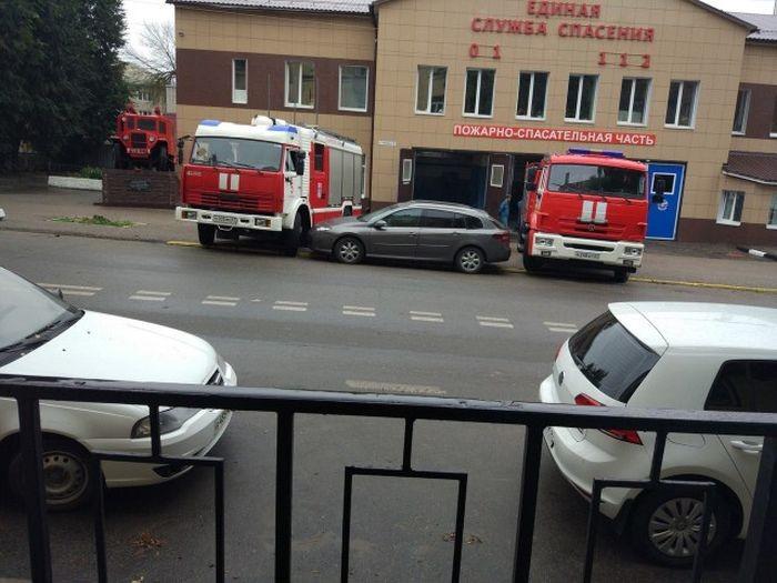 Пожарные знают действенный способ борьбы с автохамами (3 фото)