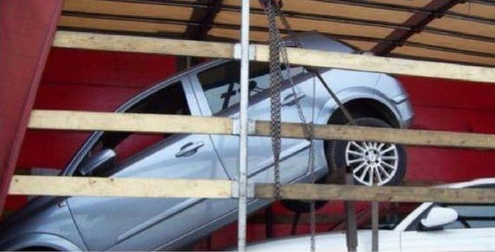 Как незатейливо перевезти автомобили (2 фото)