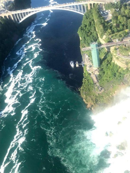 В реку Ниагара попали сточные воды (5 фото)