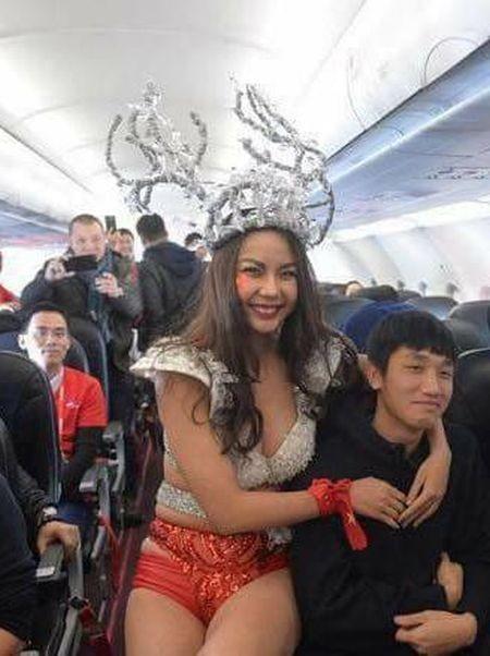 Скандал в авиакомпании (4 фото)
