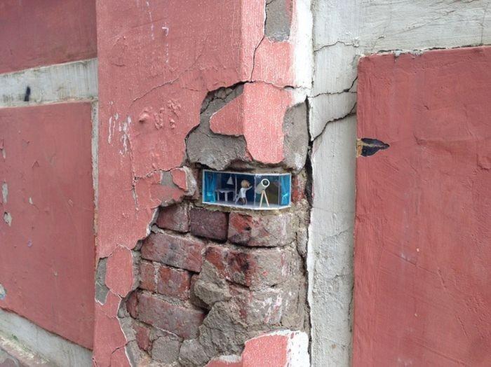 Арт-объект в стене старой многоэтажки (5 фото)