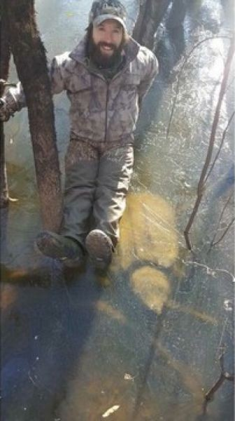 Охотники наткнулись на замерзшую в озере огромную черепаху (2 фото)