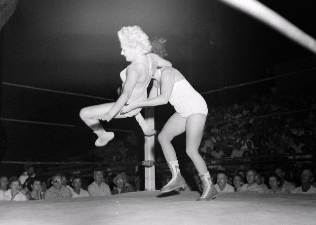 Женский реслинг – старые фотографии о том, что творят на ринге дамы (14 фото)