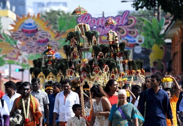 Веселый индуистский праздник с проколотыми насквозь участниками (21 фото)