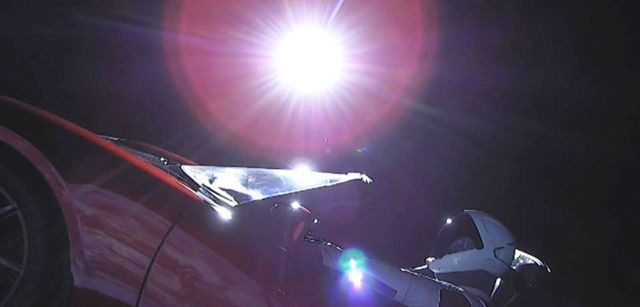 Компания SpaceX отправила в космос электрокар Tesla Roadster (4 фото)