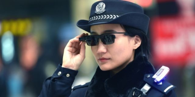 Китайские полицейские используют «умные» очки для поимки преступников (4 фото)