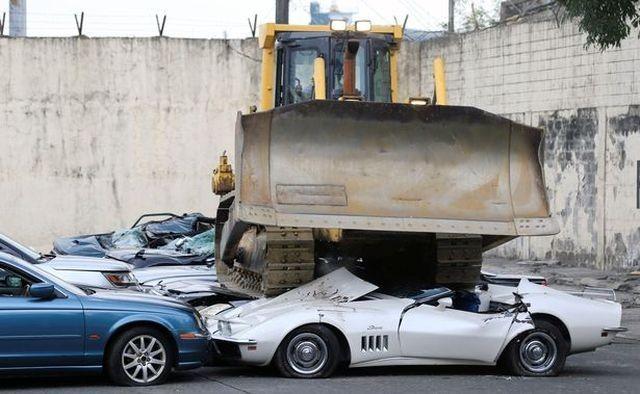 Президент Филиппин приказал уничтожить десятки люксовых авто (6 фото)