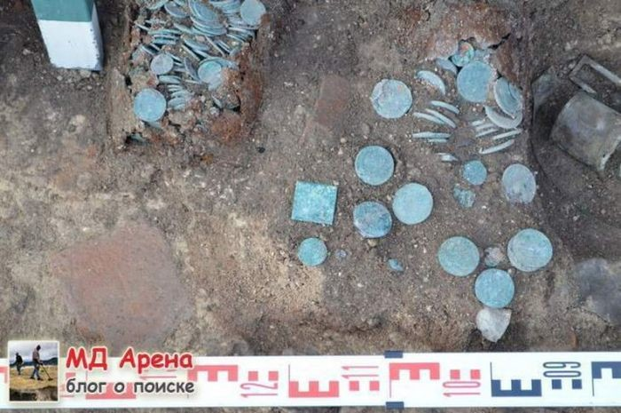 В Пскове археологи выкопали клад с редкими монетами (10 фото)