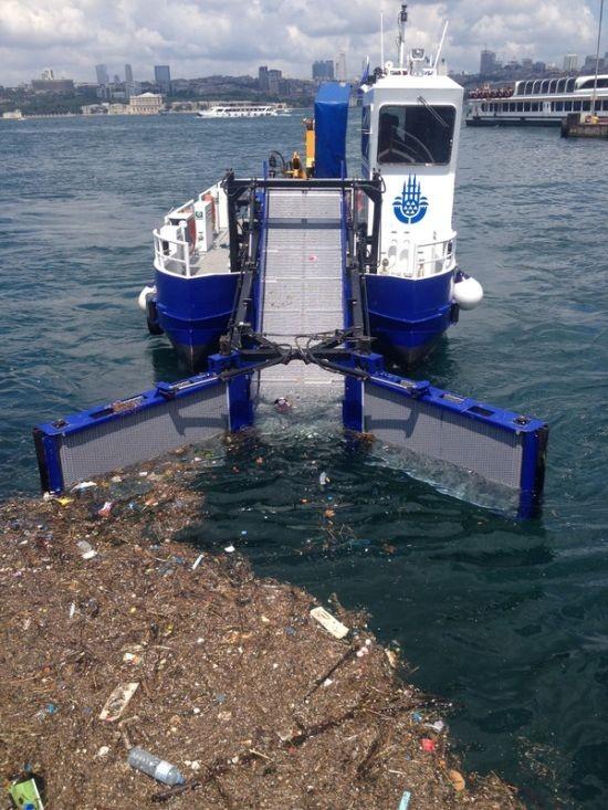 Интересный механизм работы мусороуборочного судна (5 фото)