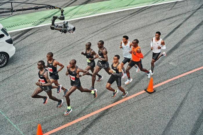 Мировой рекорд кенийца: 42 км за 2 часа (9 фото)