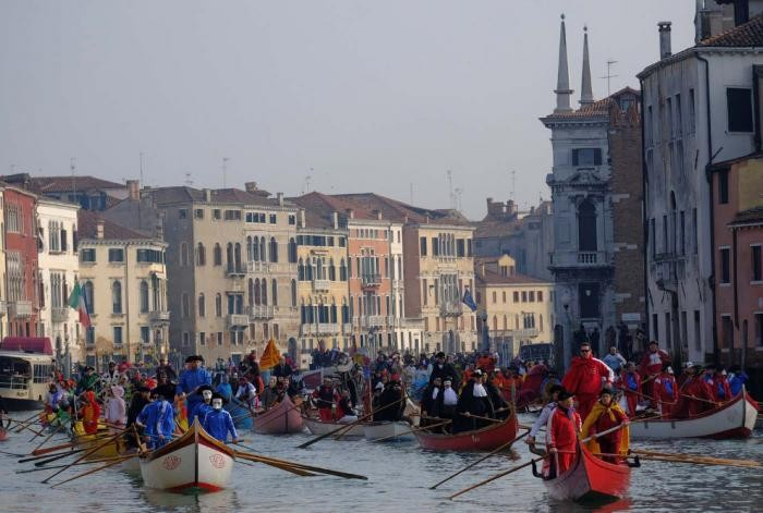 На улицах Венеции начался грандиозный карнавал (18 фото)