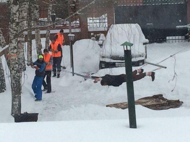 Дворники во дворе Воронежа растянули мужчину на дыбе (2 фото)