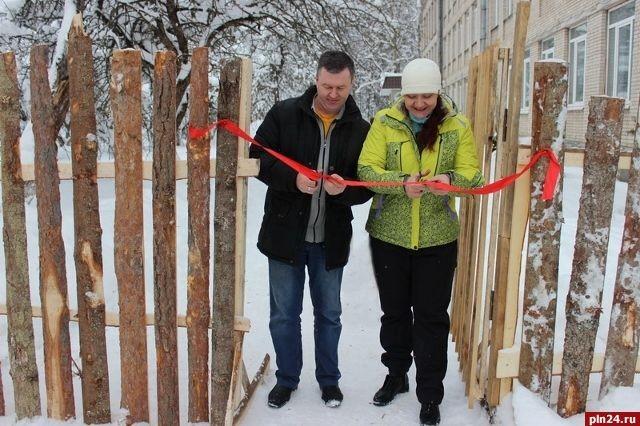 Открытие забора из горбыля под Псковом (2 фото)