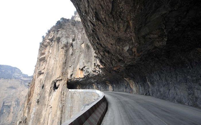 Горную дорогу в Китае строили 50 лет (5 фото)