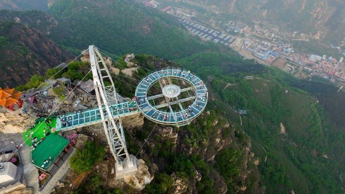 Стеклянная смотровая площадка на высоте 400 метров (11 фото)