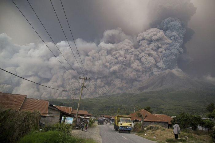 Зрелищное извержение вулкана Синабунг (4 фото)
