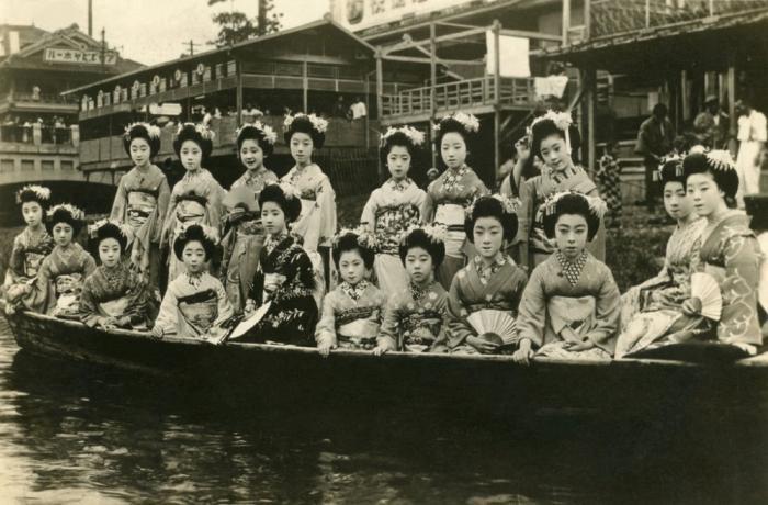 Повседневная жизнь гейш и их юных учениц 1920 год (15 фото)