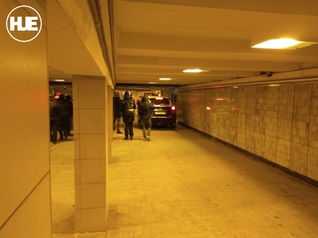 Джип в подземном переходе (4 фото)