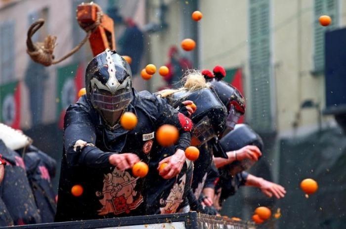 Апельсиновые бои в Пьемонте (12 фото)
