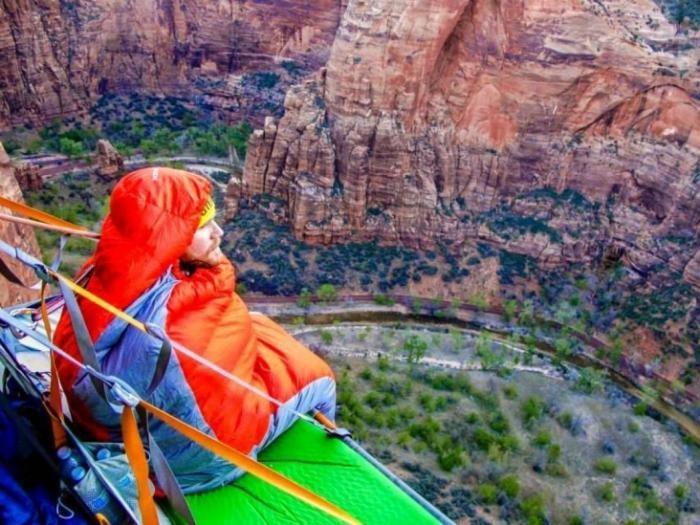 Да ночь продержаться: как скалолазы спят в горах (10 фото)