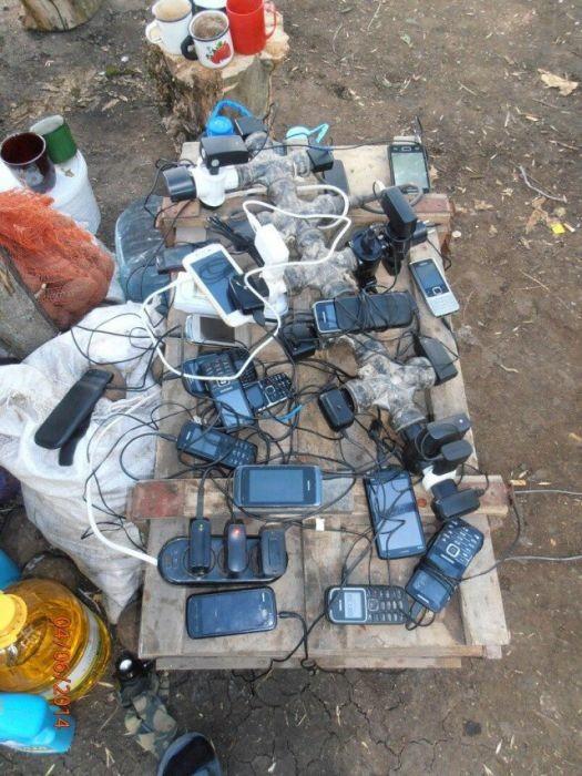 Как зарядить мобильный телефон в армии (10 фото)