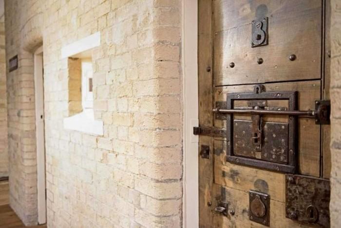 Жилой дом в здании бывшего полицейского участка (22 фото)