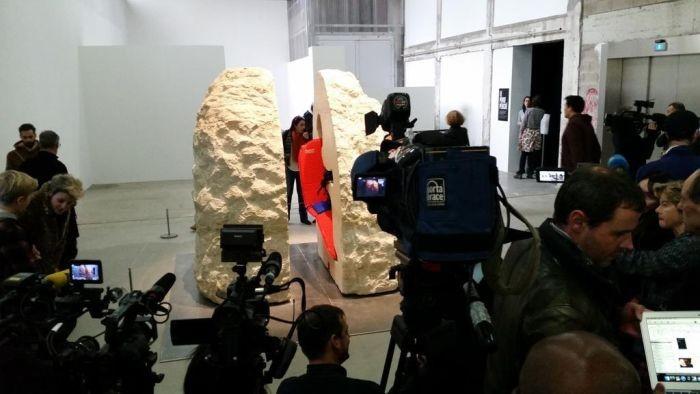Художник неделю проведет в заточении в 12 тонном камне (6 фото)