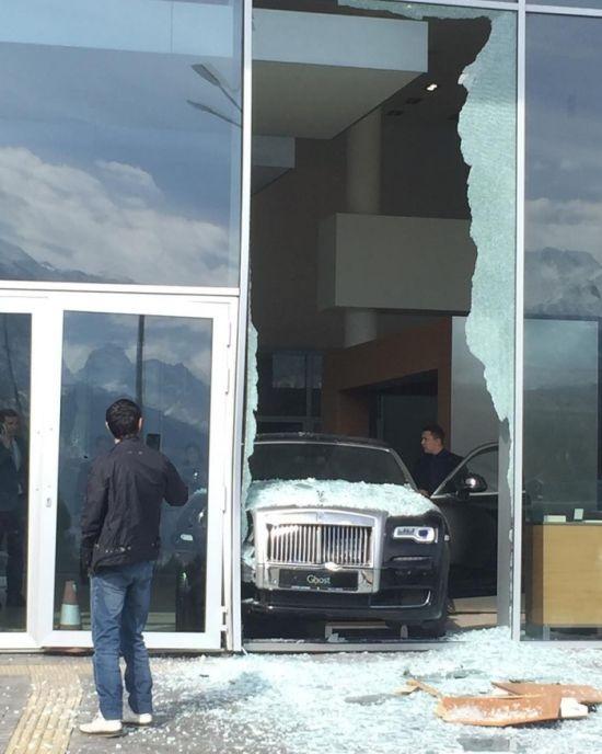 Посетитель шоурума Rolls-Royce разбил машину и стекло салона (2 фото)
