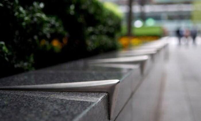 Для чего на улицах Лондона закреплены железки разной формы (6 фото)
