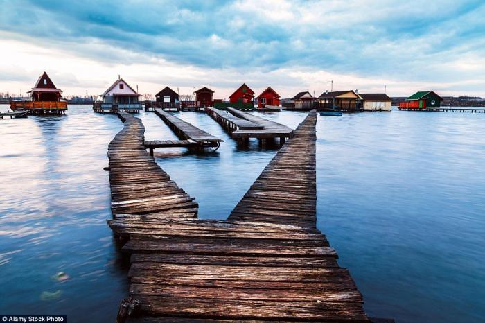 Живописная деревня на сваях на озере в Венгрии (12 фото)