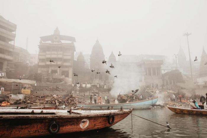 Мрачный индийский город, куда приезжают, чтобы умереть (11 фото)