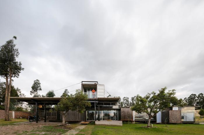 Дом из грузовых контейнеров в Эквадоре (26 фото)