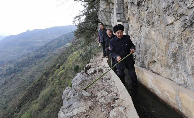 36 лет рыть канал, чтобы обеспечить свою деревню водой (3 фото)
