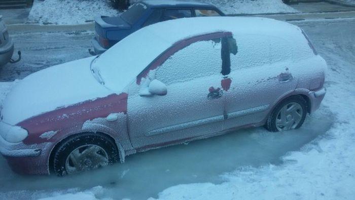Автомобиль мужчины оказался закованным в лед по вине коммунальщиков (5 фото)