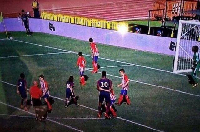 Футболист-переросток в детской команде ПСЖ (3 фото)